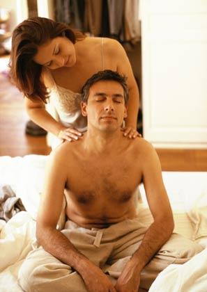 картинки девушка парню делает массаж